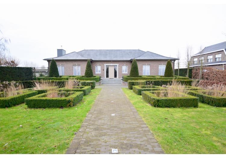 Vastgoed Unicum -     Assenede, Woning             - Alleenstaande woning met 5 slpk, tuin en dubbele garage - VERKOCHT