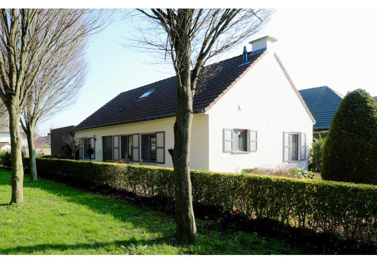 Vastgoed Unicum -     Watervliet, Woning             - Alleenstaande woning met 2+3 slpk, ruime garage, tuinberging en aangelegde tuin - VERKOCHT !